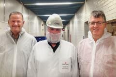Ole Wandahl Stenshøj til venstre, fabrikschef Ole Carlsen i midten og Erik Lauritzen til højre.