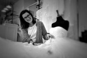 Laila Helt sørger for at brudekjolen passer ind i drømmene.