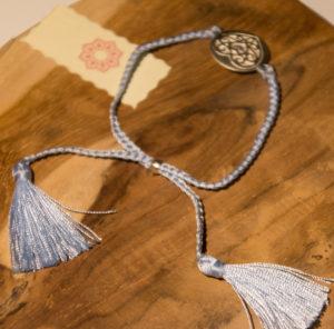 Det er et smykke som dette, Sabine Riis skal have om sit håndled.