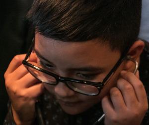 Hvis ikke man hører hundens hjerte, så er det om at hente hjælp hos ørelægen, siger drengen her.