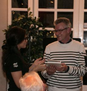 Sabrina Rækker Jan Prokopek hans boggave. Han efterlyser straks kindkys.