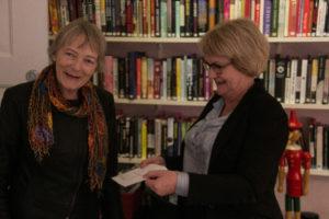 Viceborgmester Aase Nyegaard giver Ruth Malle et gavekort fra kommunen. Det er til noget, som Kvinde- og Krisecenter virkeligt ønsker sig.