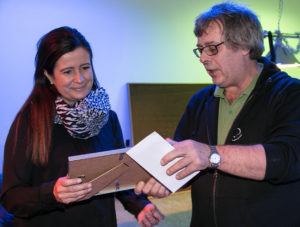 Lone Christensen får Årets Ligeværd Pris fra Jørn Thrane. <div class=