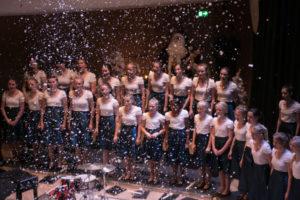 Midt under koncerten kom sneen dalende.