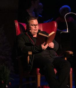 Kor-poet Flemming Nissen trak en rød tråd gennem eftermiddagen med sine små historier, der var sat på rim. <div class=