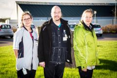 Fra venstre sosu-assistent Hannah Klausen i lys uniform, sygeplejerske Rene Paulsen i mørk uniform og sosu-assistentelev Beate Schneeweiss. <div class=