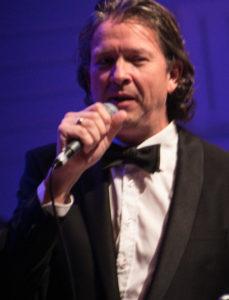 Anders Blichfeldt sang en masse kendte sange på en helt anderledes måde. <div class=