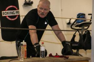Johnny Dehnfeld styrer træningen benhårdt, så bokserne kommer i kampform.