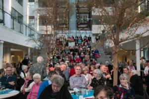 Virkeligt mange havde valgt at bruge nogle timer i selskab med Solisterne i Café Alsion.