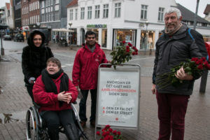 Jette Bertelsen, Ganeswaran Shanmugaratnam og Svend Erik Petersen står klar med røde roser.