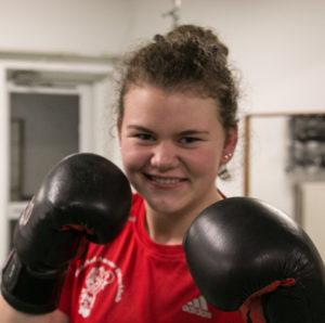 Karoline er klar til at gå i ringen - og til at snakke med boksepiger fra andre klubber.