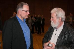 Peter Rathje hører Bent Jørgensen fortælle om sin idé med at gøre sit nye hus til et showroom.