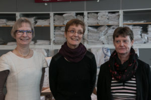 Lise Guldberg, Merete og Hanne har sat sig ind i alle de ting, der er i butikken.