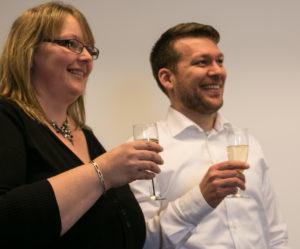 Maria Joensen og Marck Thorning runder samarbejdet af med et lille glas champagne.