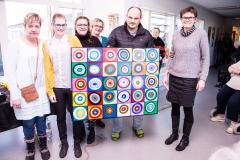 Malerholdets deltagere overrækker deres fælles værk til psykiatrichef Helle Schulz. Fra venstre: Lone, Louise, Susanne, Marlene (værkstedsassistent), Nicolai og til sidst psykiatrichef Helle Schulz