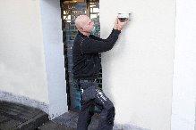 Anders Lyngholm fra Elektrikeren installerer overvågningskamera. Den form for sikring har stor betydning i det præventive arbejde, da kameraet let afslører eventuelle tyves rekognoscering før et indbrud eller overfald. Det er også med til at lette politiets opklaringsarbejde.