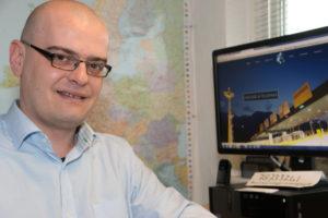 Patrick van der Torren hjælper med at hente EU-moms. <div class=