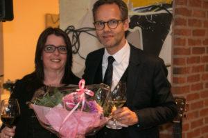 Helle Miang får blomster og rosende ord fra Per Ryesgaard, der er en del af ledelsen i Comwell-kæden.
