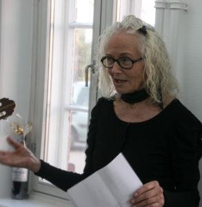 Helen Dalvig fortæller, at det er en udstilling, hvor kvinder udstiller kvinder. <div class=