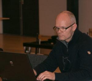 Anders Lykkegaard er i gang med at skære i sine tekster.
