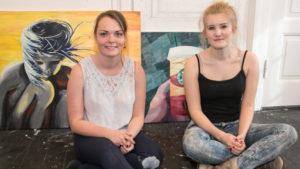 Michelle og Sara med deres malerier, som blev vist frem i KunstPunkt. <div class=