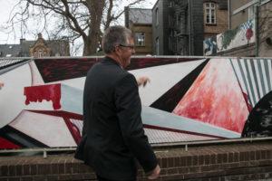 Erik Lauritzen løftede presenningen for plankeværks-værket.