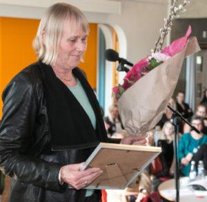 Bodil Schäfer tager imod Kvindeprisen på vegne af Anna Aabenhus. <div class=