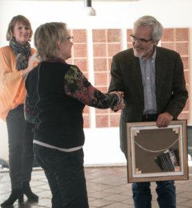 Kirsten Hjortluns billede gives til Anna Aabenhus søn, som tager det med til Det Lille Teater.