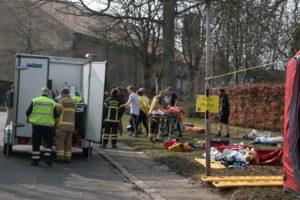 Brand og Redning træder til og hjælper sårede.