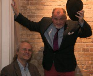 Allan Breckling byder Peter Tudvad velkommen i Bogcafé.