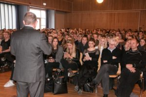 Lars Løkke lægger ud med at fortælle, hvor vigtigt det er, at unge mennesker stemmer.