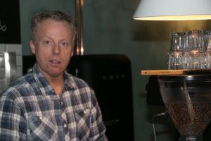 Michael Kisling på første arbejdsdag i sin nye café.