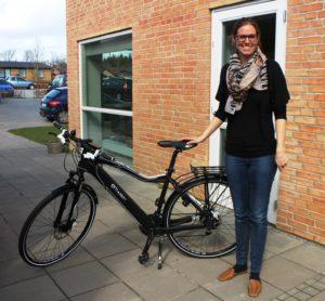 carina Sielemann med elcyklen, som giver hende  mere tid til børnene.