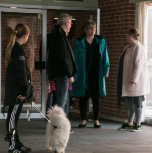 Her er det forældre, der vises rundt på Sønderborg friskole.