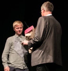 Christopher Wejs hædres på scenen i Sønderborg Teater.