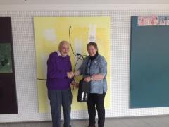 Birgitte Bjørn Petersen overrækker en lille gave til professor Mikael Begtrup, som tak for et spændende foredrag. Foto: Sønderborg Kommune