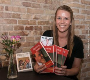 Julie fra Brecklings Bogcafé har fyldt hænderne med Flemming Jensen-bøger.