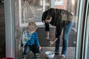 Her hjælper en lille gut sin mor, så han er sikker på, at der bliver vasket helt perfekt.