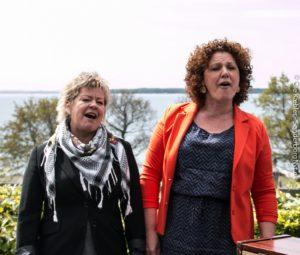 Pernille Schrøder og Lone Rødbroe er revyholdets feminine team.