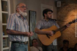 John og Brian O'Driscoll giver et par irske sange.