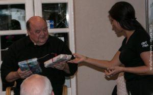 Sabrina giver en gave fra Bogcafé til Flemming Jensen.