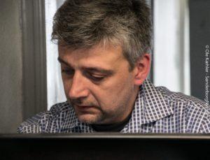 Kenan Hansen står og venter på, du søger job i Nova Data.