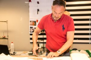 Henrik Hviid kan sit håndværk, så han og kollegaen når uden tvivl at lave de 75 kostumer, der bliver brug for. <div class=