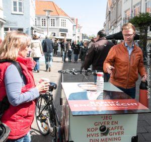 Benny Engelbrecht byder på skattefri kaffe.