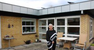 Susanne Schou fortæller ofte naboerne om fordelene ved solceller.