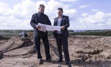 Adm. direktør Heino Lundgren(th) og direktør Torben Golles med arkitekttegningen, der viser hvordan SAAB Danmarks nye hovedkontor kommer til at fremstå om godt et år. Beliggenheden ved Porten til Sønderborg betragtes som en af de mest attraktive i Sønderjylland. Foto: Blue Donkey Produktion