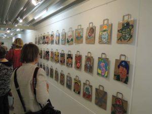 """Stig Aunfelt fik flere af sine """"Pose-kunst-værker"""" med."""