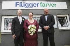 Jan Rytkjær Callesen sammen med det første par nogensinde, han har viet i sin butik.