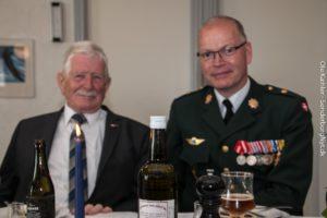 A. P. Hasen hygger sig med Claus Klaris, der også fik tid til at holde en kort tale.