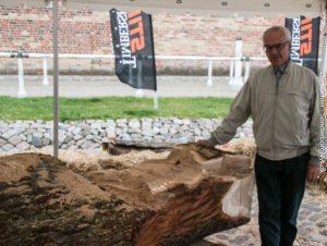 Thorkild Callsen fra Borgerforeningen kigger på den skulptur, som han skal være med til at fragte til Kær.